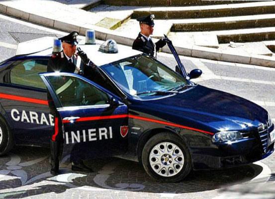 Dalla lite all'aggressione, 27enne si scaglia contro i carabinieri: paura tra i residenti