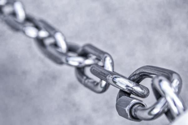 Armato di catena metallica, minaccia la cassiera del supermercato e scappa con 200 euro: arrestato 19enne