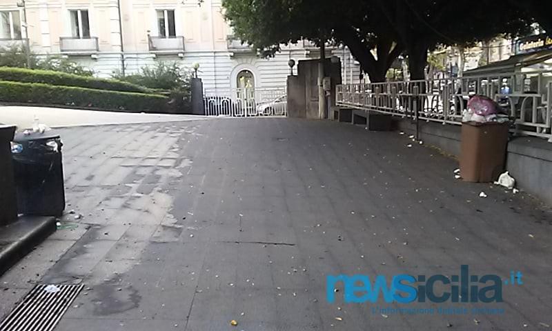 Degrado in via Etnea e alla Villa Bellini: rifiuti e mozziconi di sigaretta ovunque. FOTO
