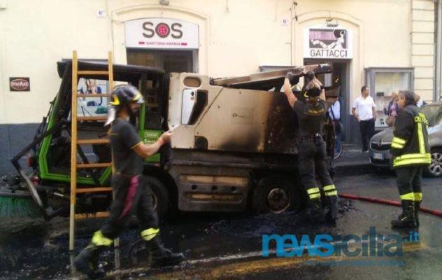 Catania, mezzo della Dusty in fiamme in via Umberto – FOTO e VIDEO