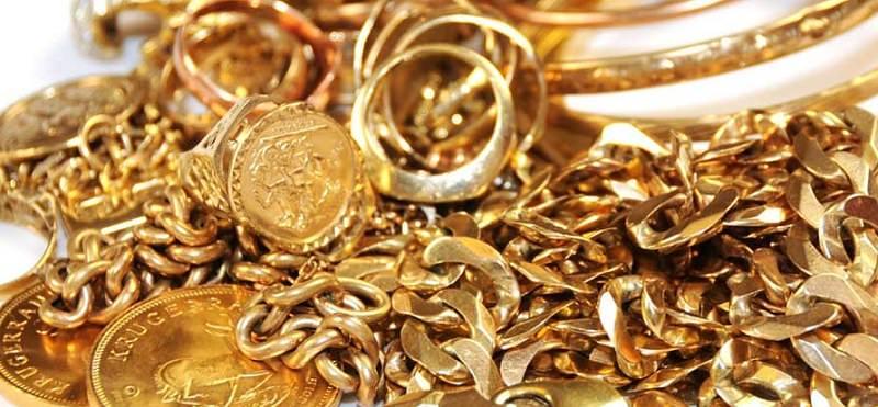 Compra gioielli per migliaia di euro e li paga con assegno falso: denunciato e allontanato 39enne