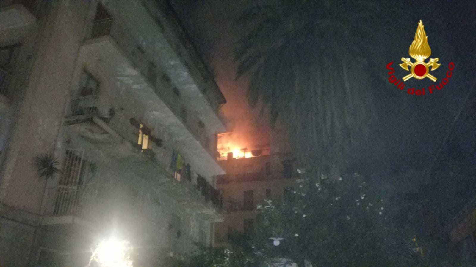 Catania, paura in centro: scoppia incendio in un appartamento – FOTO e VIDEO