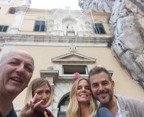 Daniele Bossari e Filippa Lagerback sul Monte Pellegrino: visita a Santa Rosalia e selfie col prete