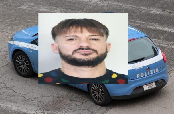 Prima rocambolesco inseguimento in centro a Catania, poi beccato sull'SH: latitante si scaglia su polizia e tenta fuga a piedi