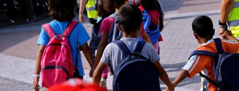 Mette una nota sul diario ad un bambino: madre e sorella aggrediscono la maestra