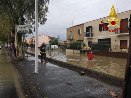 """Catania """"sott'acqua"""", comincia la conta dei danni: auto in panne, strade dissestate e pericolo frane"""