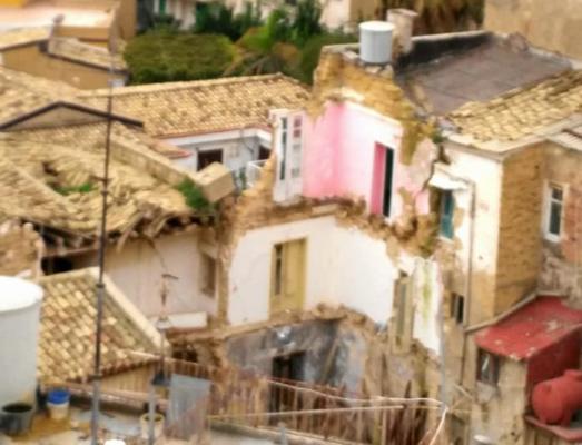 Sicilia devastata dal forte vento, alberi caduti a Palermo e aerei dirottati. Crolli ad Agrigento