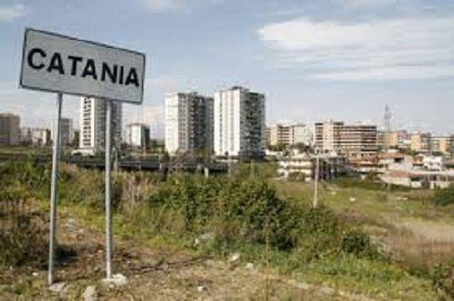 """Oltre 10 ore di lavoro per una paga di 20 euro al giorno: controlli """"a tappeto"""" nel quartiere Librino"""