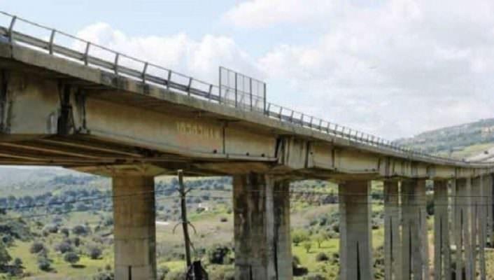 Donna in preda alla disperazione tenta di buttarsi dal viadotto Morandi: carabinieri la salvano in extremis