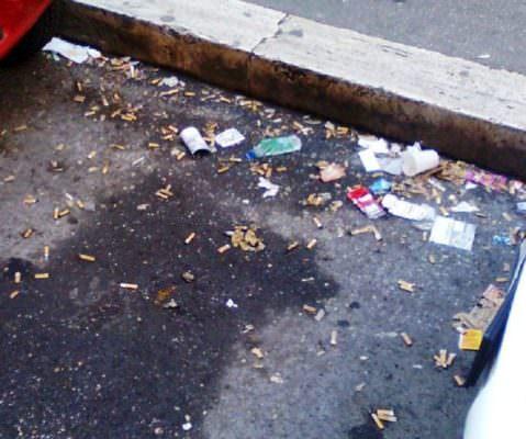 Via Vincenzo Giuffrida invasa da rifiuti di ogni genere: dove sono i cestini getta carta?