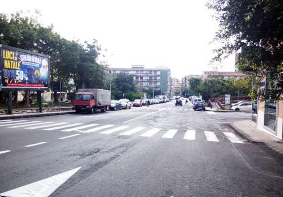 Pericolo per i pedoni: da via Torino a via Brancati, residenti e commercianti chiedono sicurezza stradale