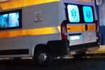 Violento incidente in strada, auto si scontra contro un camion: una donna ferita