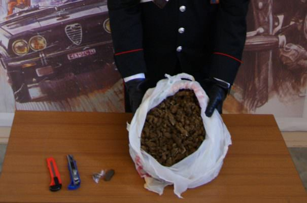 Pieno di droga in casa, consegna barattolo di marijuana ai carabinieri come diversivo