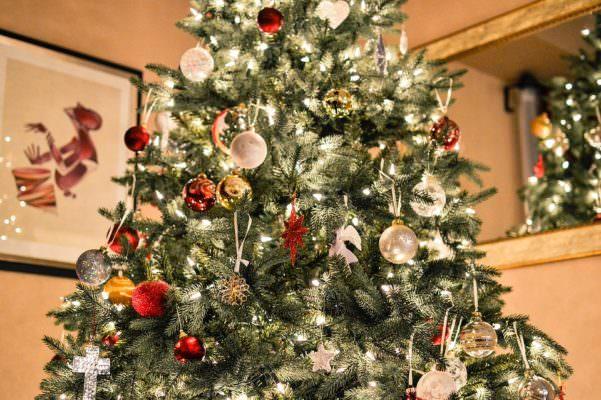 Decorazioni e luci natalizie: i costi e gli sprechi durante le feste