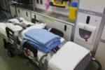 La sterzata improvvisa e il ribaltamento, violento incidente in pieno centro: in ospedale una donna
