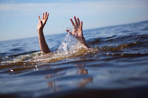 Malore fatale in acqua: 58enne muore annegato