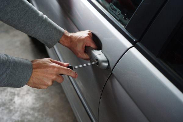 Sorpreso a rubare autoradio tenta la fuga: ai domiciliari pregiudicato 29enne