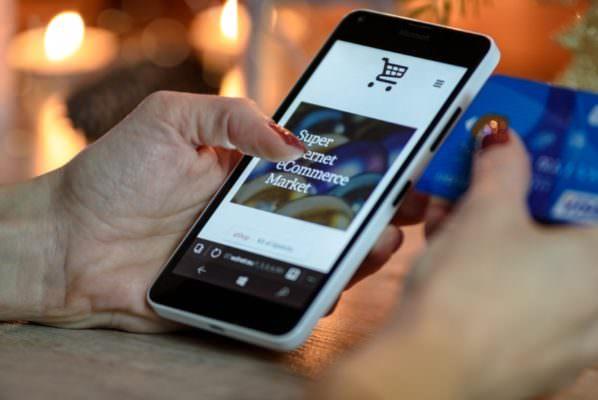 Direttiva europea per i pagamenti elettronici: da domani si paga solo con lo smartphone?