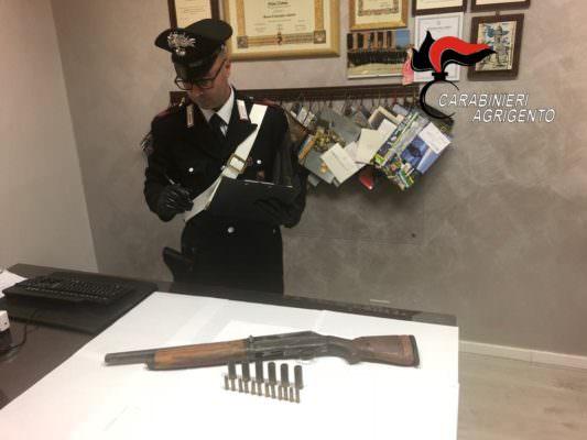 Rumori molesti in appartamento, scoperto fucile tenuto illegalmente