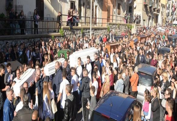 Applausi, urla di dolore e lacrime per le 9 vittime della tragedia di Casteldaccia: l'ultimo addio alla famiglia distrutta dalla furia del maltempo