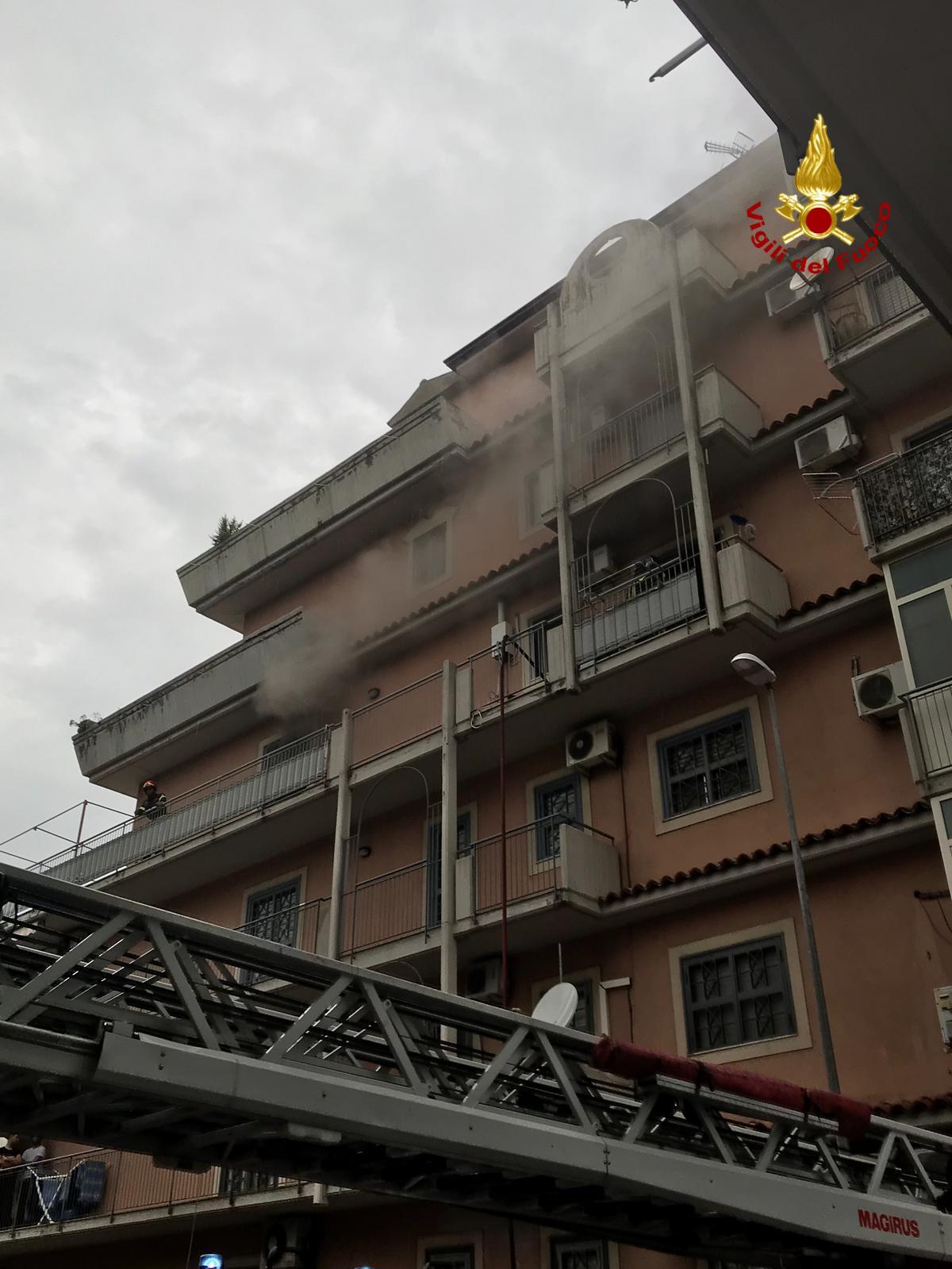 Catania, incendio al quarto piano di un'abitazione: proprietaria colta da malore – FOTO