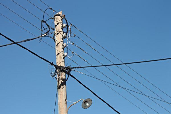 Appoggiati al palo della luce, 3 ragazzini colpiti da scossa elettrica: uno in ospedale