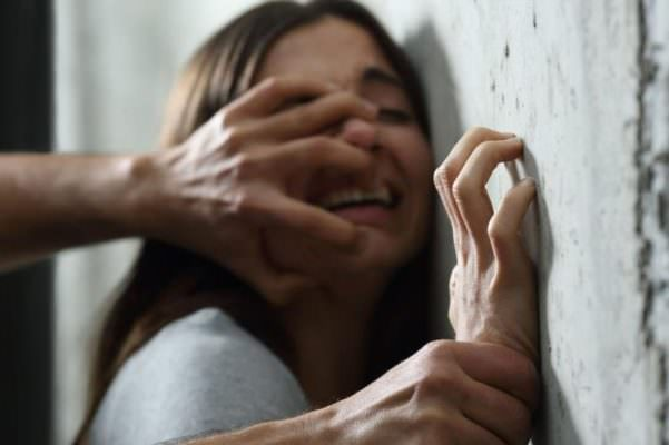 Picchia, minaccia e insulta la ex anche sui social: arrestato stalker 18enne