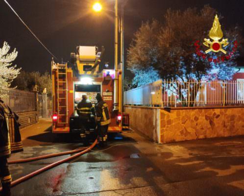 Paura nel Catanese, divampa incendio nel primo piano di una villetta: fiamme alte per diverse ore
