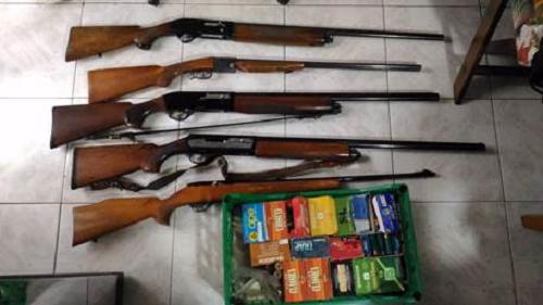 Nesima, minaccia di morte il vicino: sequestrati 5 fucili e oltre mille cartucce