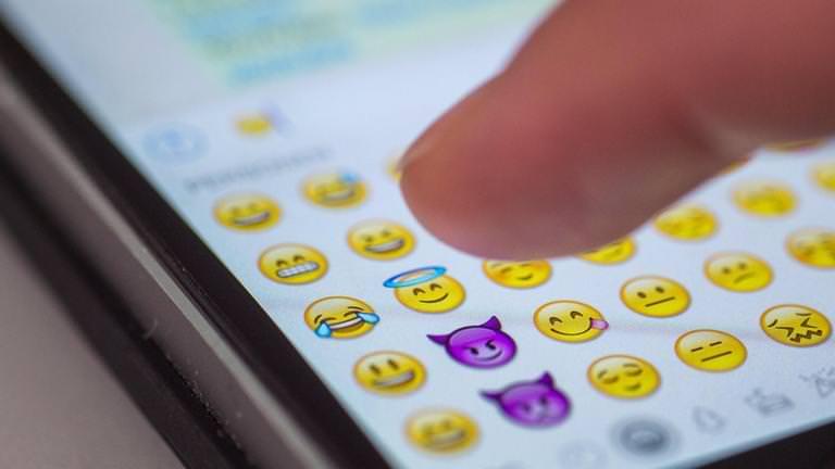 Emoji, gif e sticker: il nuovo linguaggio di Internet che soppianta la comunicazione tradizionale