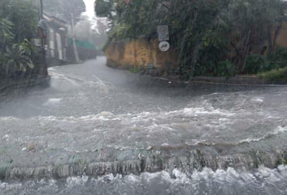 Bomba d'acqua su Catania: traffico in tilt e strade allagate