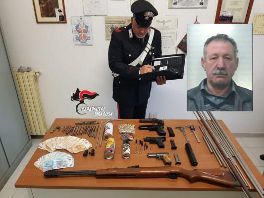 Armi illegalmente detenute, munizioni e denaro in casa: 59enne in manette