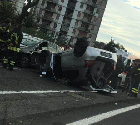 Grave incidente al viale Tirreno: auto cappotta, traffico in tilt – FOTO