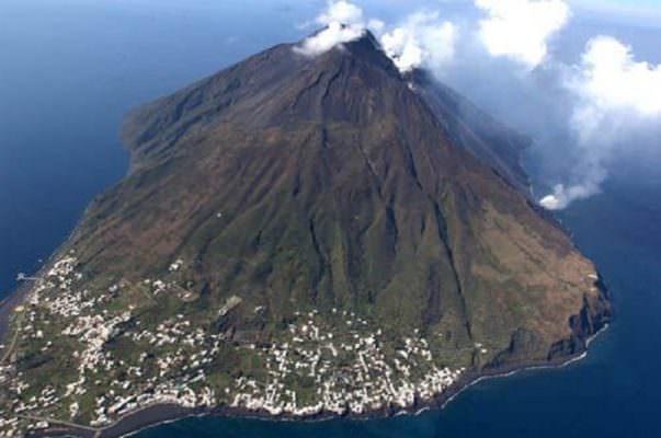 Stromboli, prosegue l'attività vulcanica: è possibile compiere scalate fino a 290 metri d'altezza
