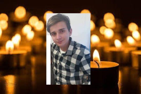 """Disperazione ai funerali di Damiano, morto per una fibrosi cistica. """"Era un ragazzo meraviglioso"""""""
