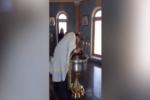 """Battesimo poco """"ortodosso"""", prete spinge con violenza bimba nellafonte: """"È posseduta da Satana"""""""
