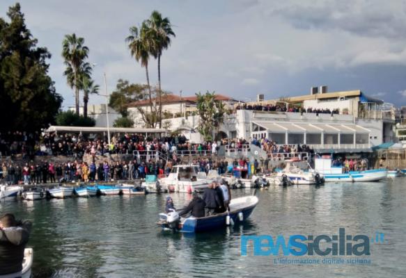 """San Silvestro a Mare 2018: entusiasmo e """"bagno"""" di folla per la tradizionale gara di nuoto del 31 dicembre"""