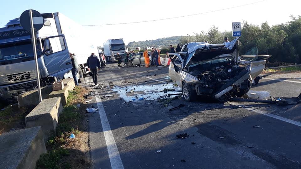 Terribile scontro tra Tir e due auto sulla statale 115: 3 feriti gravi – FOTO
