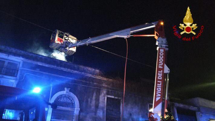 Catania, paura in via Merlino: stabile a fuoco divorato dalle fiamme