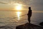 A pesca con l'amico, onda lo travolge: ritrovato il cadavere del 17enne, la vittima è Anthony Cascino