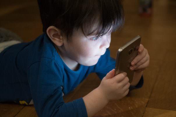 """Più """"emarginati"""" ma incredibilmente intelligenti: i bambini dell'era tecnologica"""
