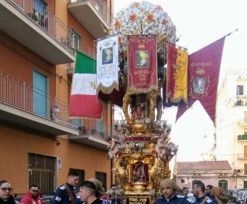 Aria di festa a Catania: la candelora del Villaggio Sant'Agata arriva a Barriera