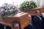 Rosolini, strazio e lacrime ai funerali di Cristian, Aurora e Rita: decine di palloncini e corone di fiori