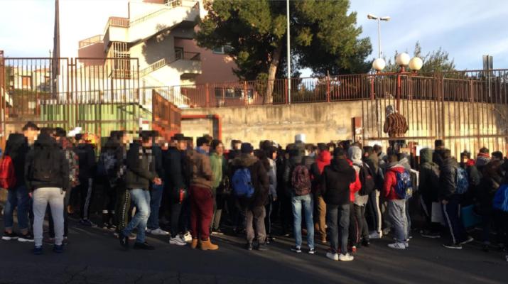Freddo a scuola, è caos: studenti in protesta e aule vuote