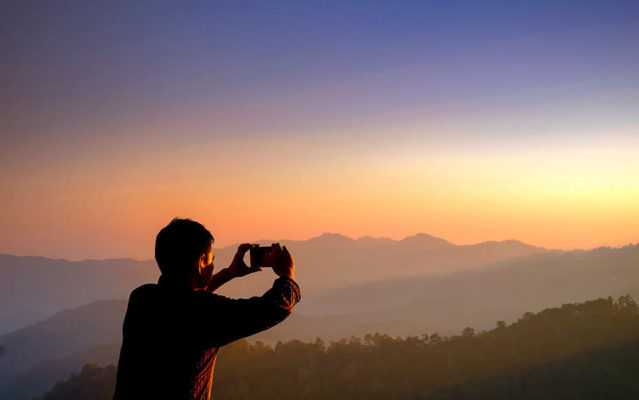 Guardare o fotografare, cosa ci rende più felici?