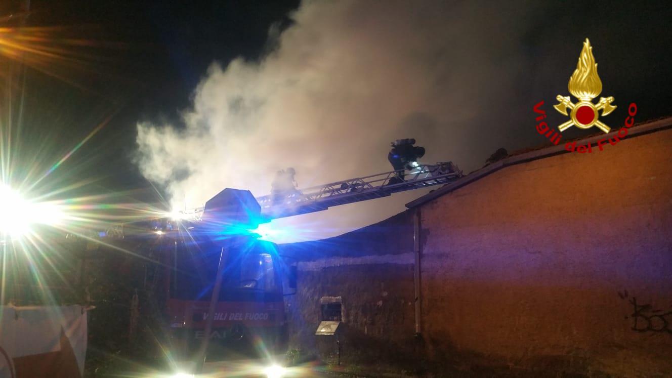 Paura a Gravina di Catania, villetta in fiamme. FOTO e VIDEO dell'intervento dei vigili del fuoco
