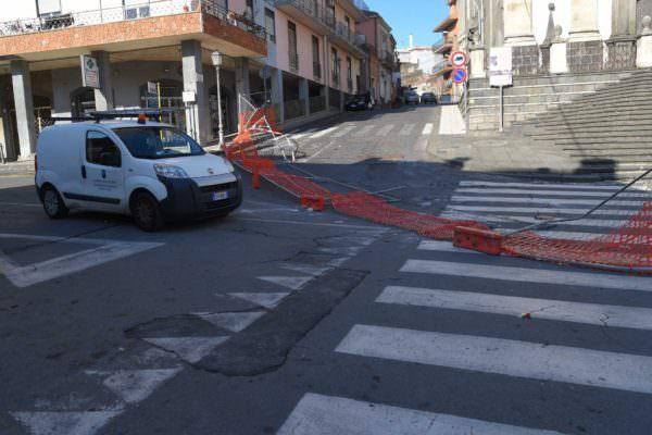 """Vandali in azione nel Catanese, rimosse transenne attorno alla chiesa colpita dal sisma: """"Atti di estrema gravità"""" – FOTO"""