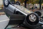 Paura nel quartiere, auto si ribalta dopo incidente. Conducente estratto dall'abitacolo: un ferito
