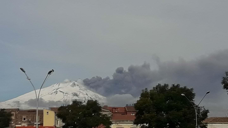 """Etna, che spettacolo! Nuova colonna di fumo """"oscura"""" il cielo catanese"""
