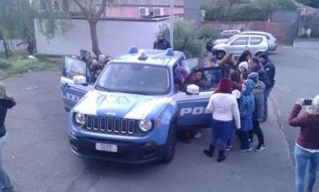 """Incontrano gli alunni della scuola di Fleri, agenti regalano momenti """"spensierati"""" agli studenti"""